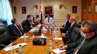 وزير قطاع الأعمال يبحث مع تحالف إيطالى صناعة أتوبيسات تعمل بالغاز