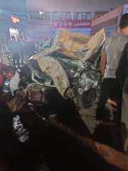 نقل المصابين في حادث تصادم سيارة ملاكي وتوك توك لمستشفى الزقازيق الجامعي