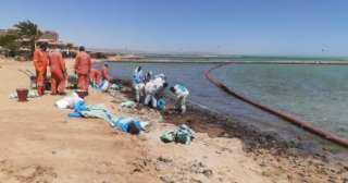 البدء في أعمال مكافحة التلوث الزيتي علي شواطئ الغردقة