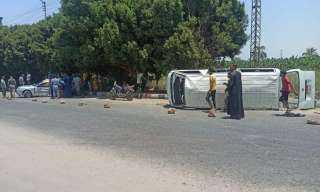 إصابة 14 شخصًا في حادث انقلاب سيارة بأسوان
